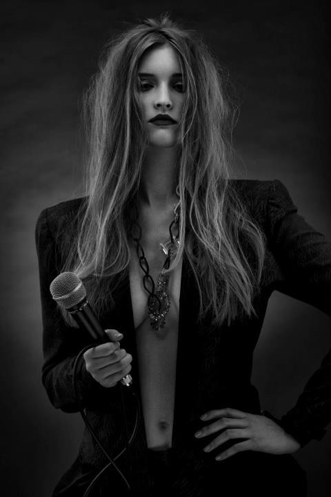włosy: Tomasz Marut, make up: Beata Gładysz/MOYE, modelka: Izabela Matuszewska, projekt ubioru: Karolina Pięch, foto: Łukasz Radzięta/f4Studio