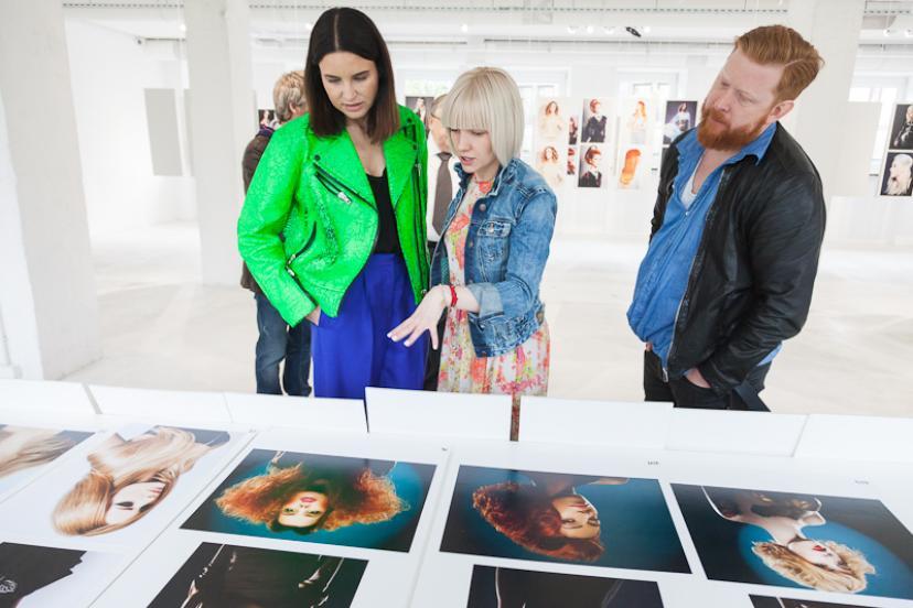Jury L'Oréal Color Trophy obraduje nad zdjęciami stylistów salonu Avant-Après